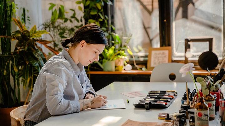 profesional-pinta-una-ilustracion