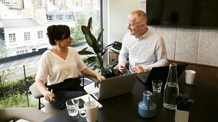 personas-trabajan-en-la-oficina