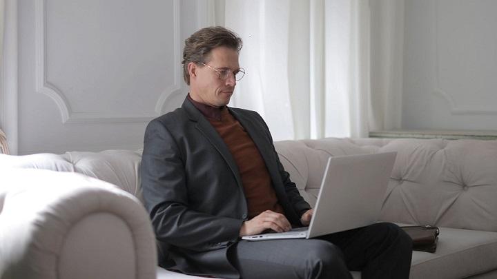 profesional-con-ordenador-sentado-en-sofa