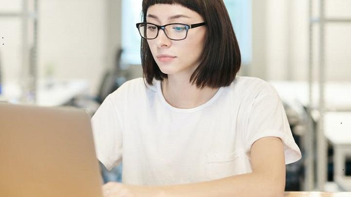 profesional-se-concentra-en-su-trabajo