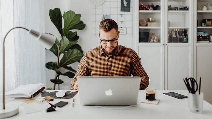 profesional-trabaja-en-su-escritorio