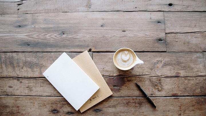 sobre-y-folio-sobre-mesa-de-madera