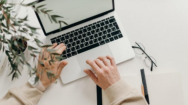 teclado-de-ordenador-en-escritorio