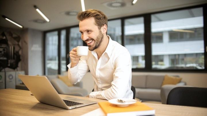 hombre-toma-cafe-en-oficina
