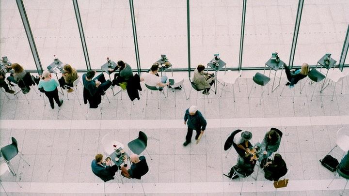 personas-en-cafeteria