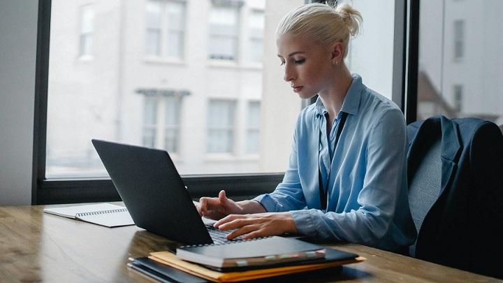 profesional-trabaja-en-su-oficina