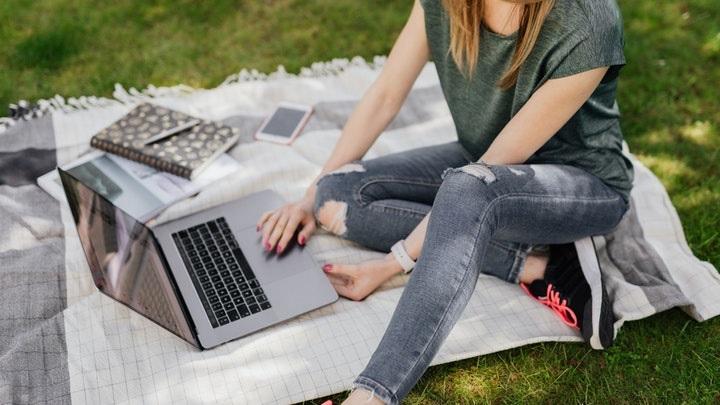 chica-con-ordenador-en-el-parque