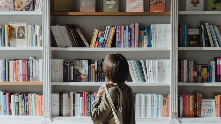 cliente-mira-escaparate-de-una-libreria