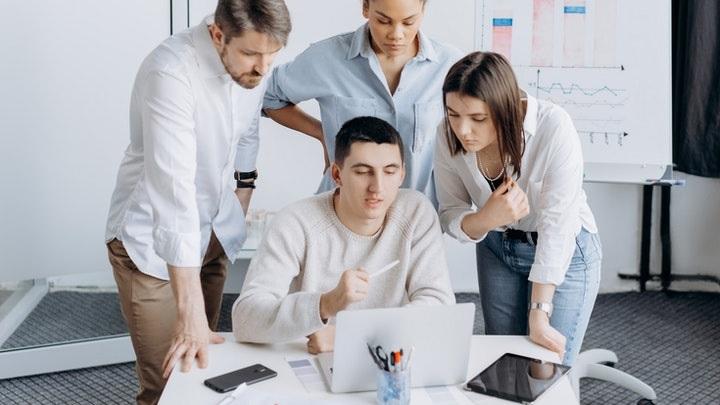 personas-junto-al-ordenador