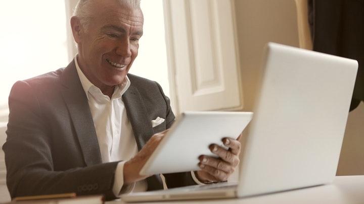 profesional-con-tablet-y-ordenador