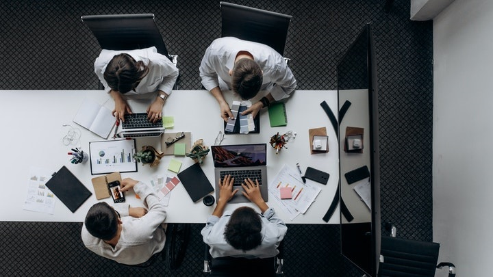 profesionales-en-mesa-de-oficina