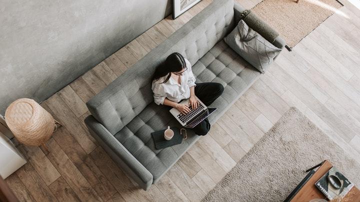 chica-en-el-sofa