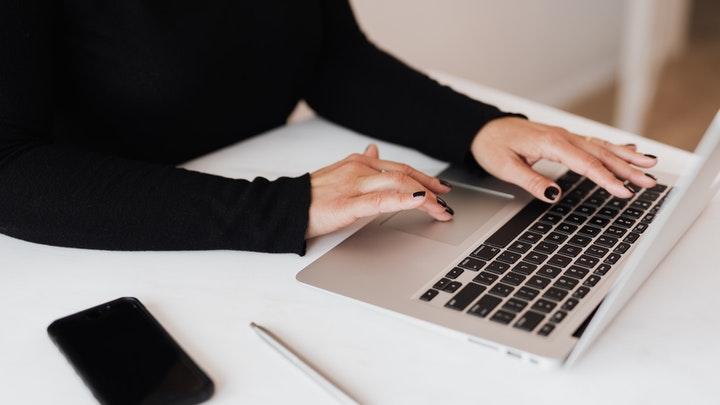 chica-escribe-a-ordenador