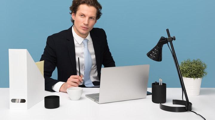 emprendedor-en-su-oficina