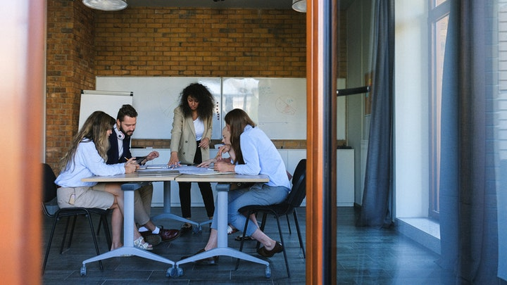 equipo-concentrado-en-oficina