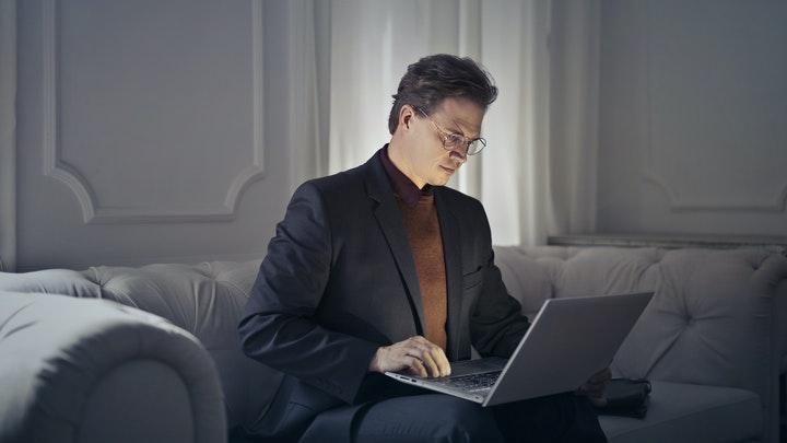 profesional-con-ordenador