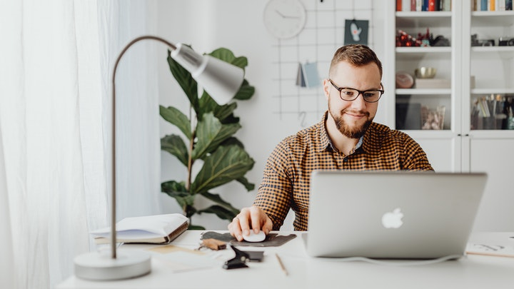 profesional-en-despacho-moderno