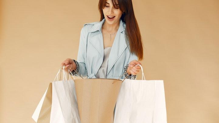 chica-compra-ropa-nueva