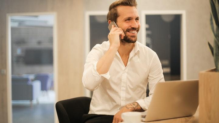 profesional-habla-por-telefono