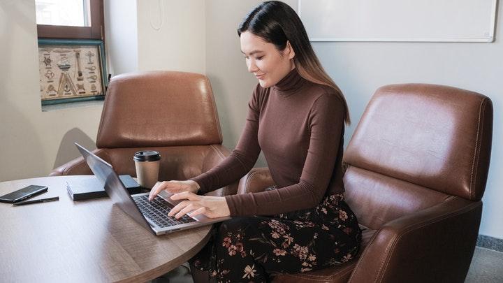 profesional-concentrada-en-trabajo