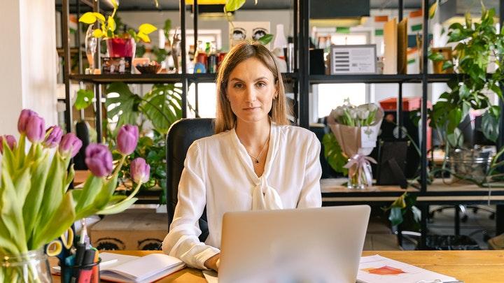 profesional-en-despacho-con-flores