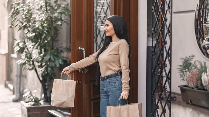 chica-con-bolsas-de-compra