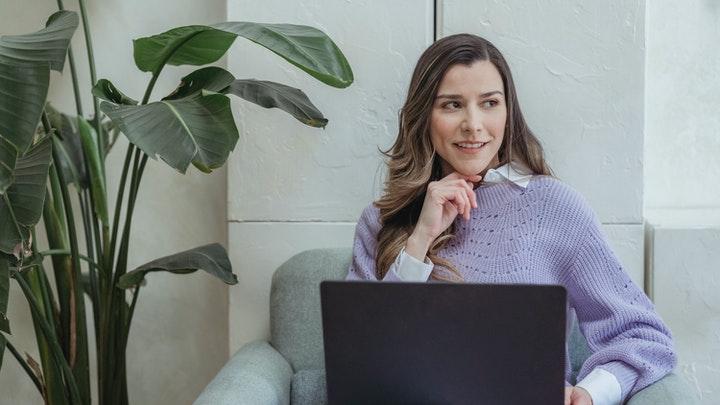 profesional-concentrada-en-ordenador