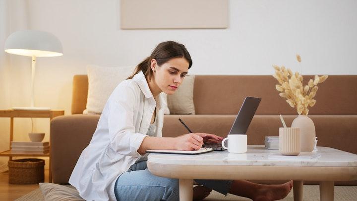 joven-concentrada-en-su-trabajo