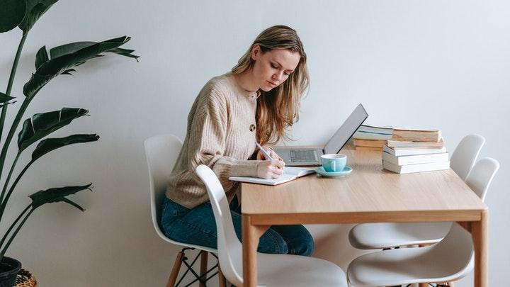 chica-estudia-en-el-escritorio