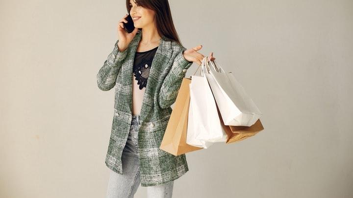 mujer-con-bolsas