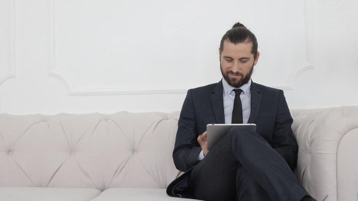 profesional-sentado-en-sofa