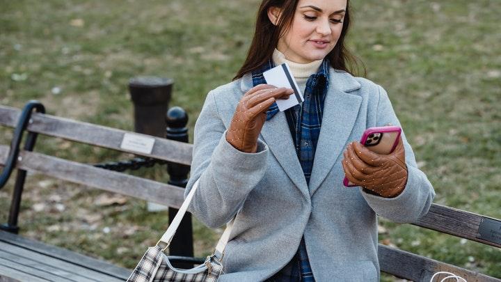 chica-realiza-compra-online